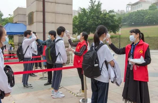 医疗防护机器人为学生入校逐个测体温