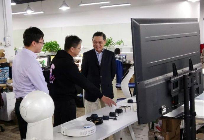 彭沉雷副市长听李宇翔讲解思岚科技产品