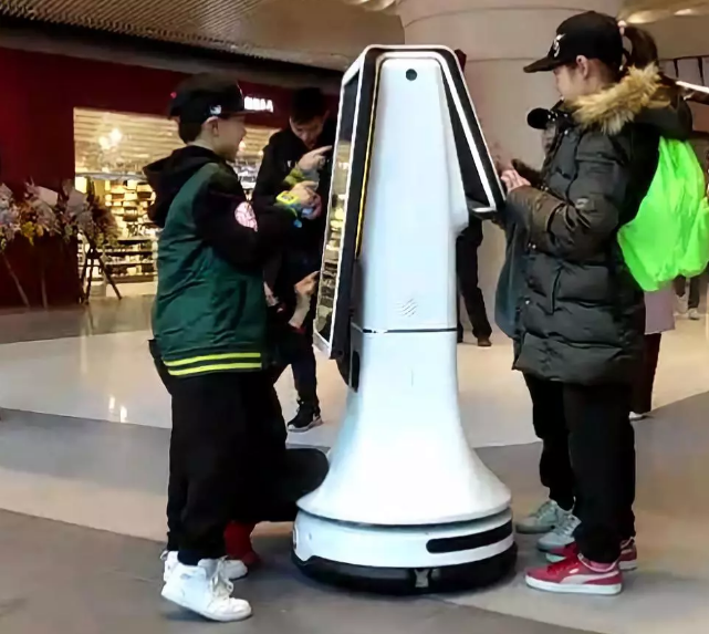 思岚机器人被团团围住