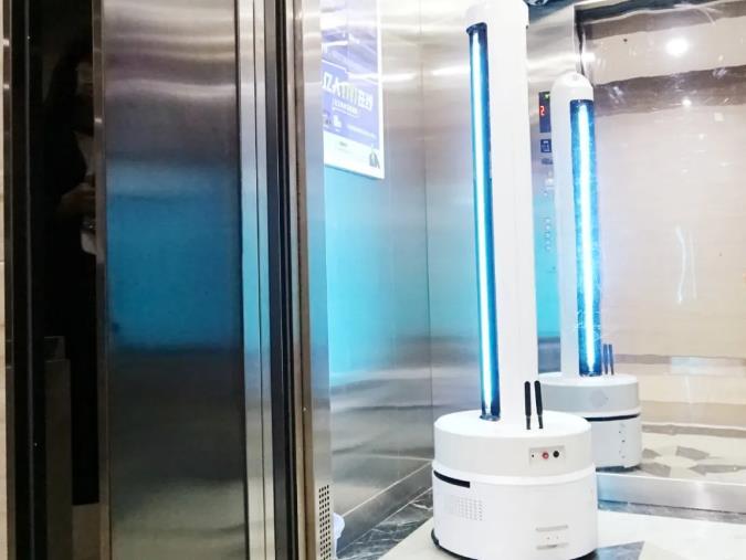 医疗防护机器人对电梯间进行消毒